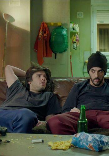 Une discussion très engagée sur un canapé
